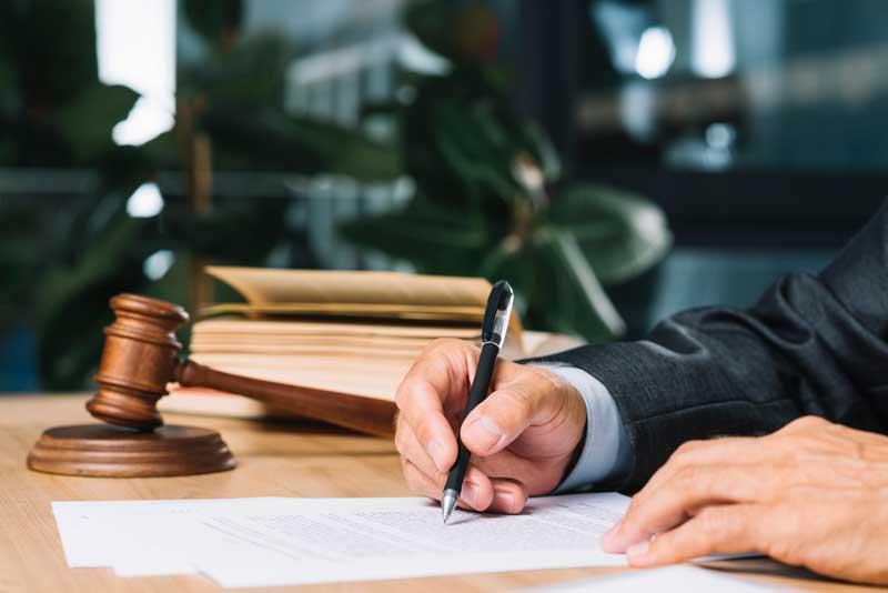 איך בוחרים עורך דין לייצוג בתיק מורכב